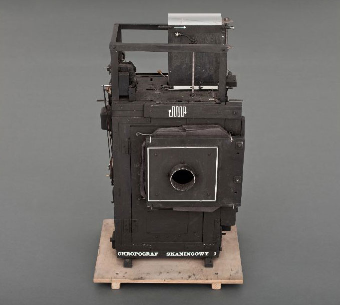 A scanning coarsograph (dimensions: 72 × 42 × 34 cm)